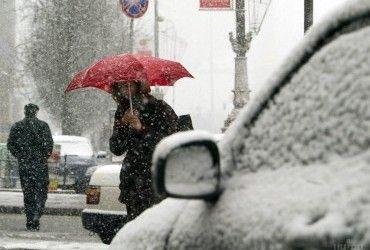 Синоптики попереджають про мокрий сніг, ожеледицю та сильний вітер в Україні