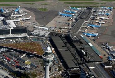 Впечатляющие кадры приземления самолетов в условиях урагана в Европе попали на видео