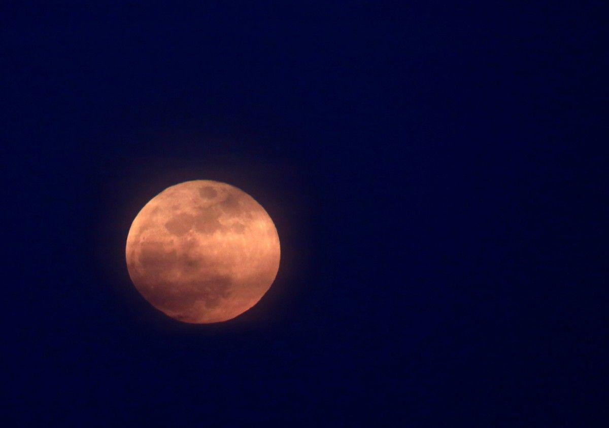 Полнолуние – это оппозиция Солнца и Луны/ REUTERS