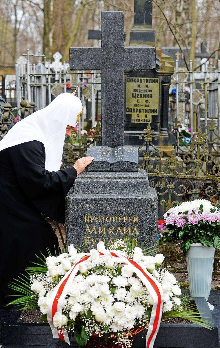 У могилы отца на Большеохтинском кладбище Санкт-Петербурга. Ноябрь, 2014 года / foma.ru