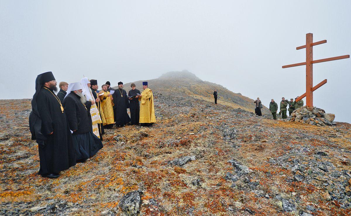 Молитва про мир у поклінного хреста, що височіє над самою східної острівної точкою Росії і Євразії, острів Ратманова. Вересень 2016 року / foma.ru
