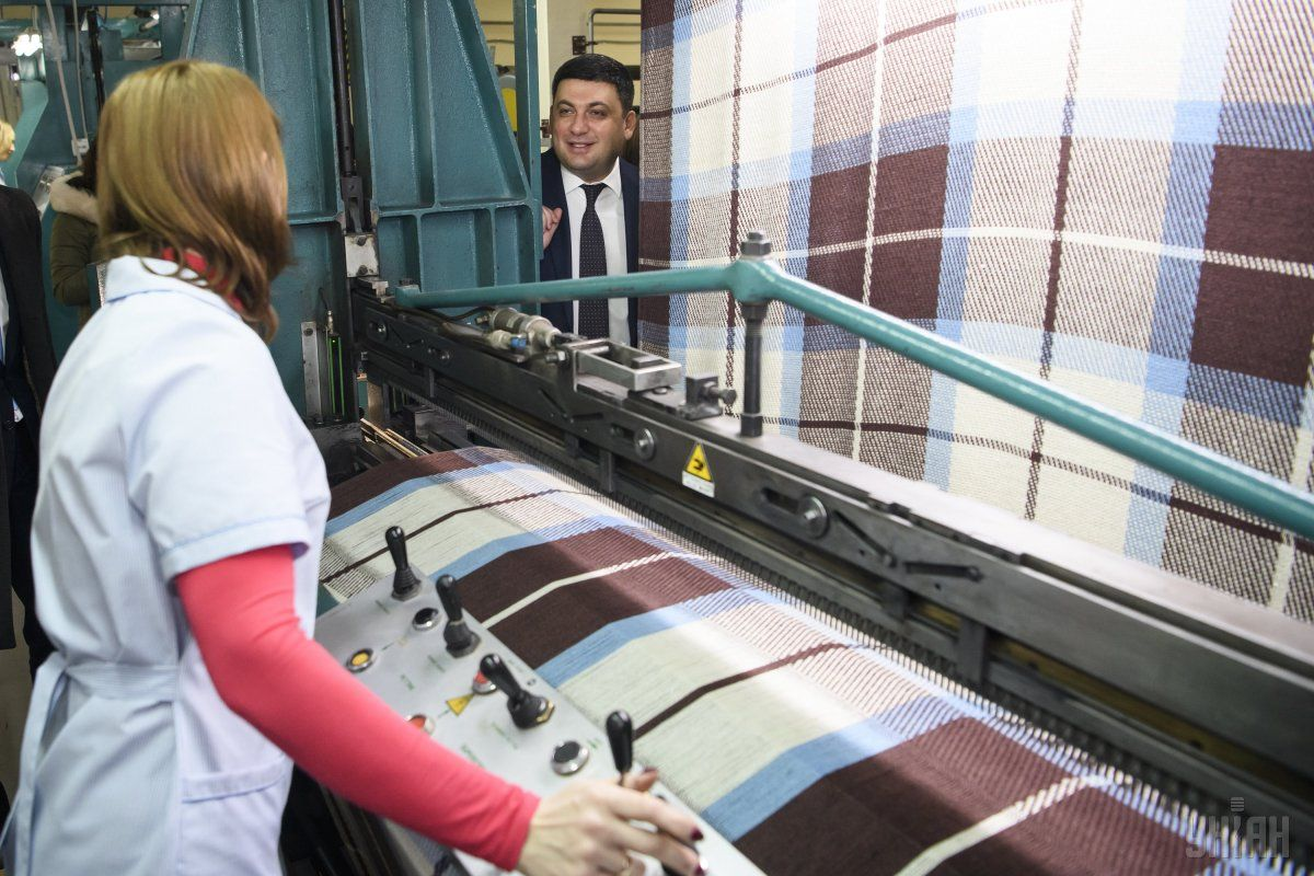 Гройсман пообещал увеличить зарплаты в легкой промышленности / фото УНИАН