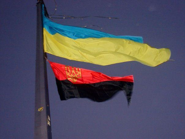 В Тернополе красно-черный флаг будут поднимать вместе с государственным / фото opir.info