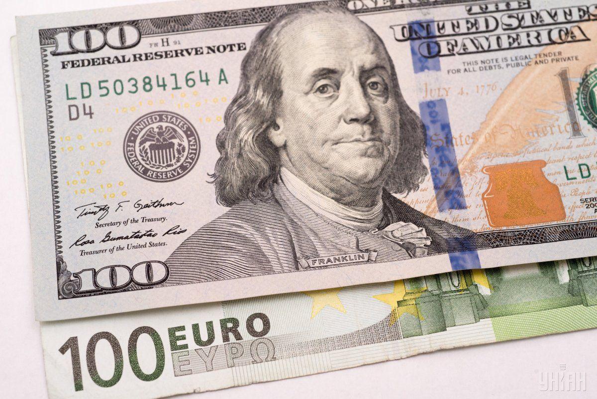 Долар в обмінниках застиг на місці, євро подорожчало
