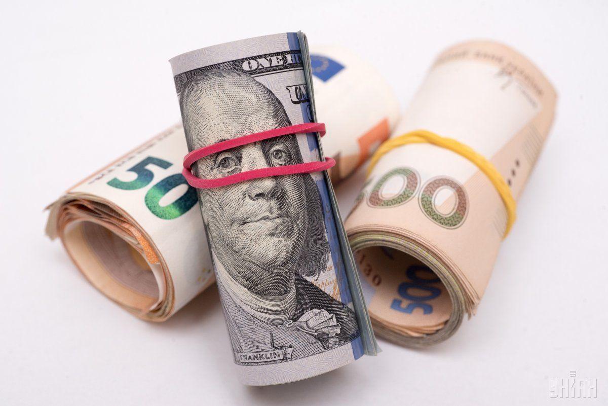 Гривня укрепилась к доллару, но ослабла к евро / фото УНИАН
