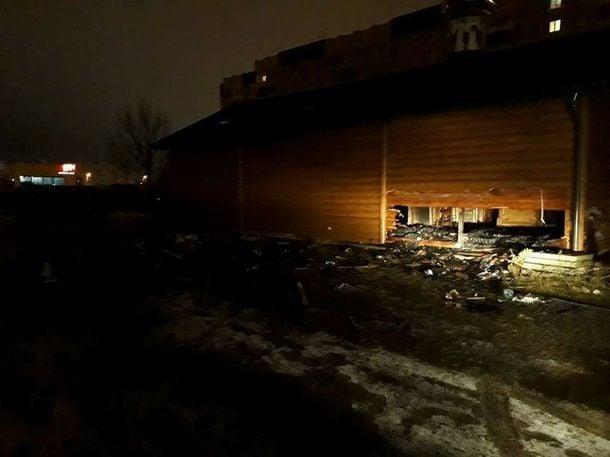огонь уничтожил обшивку крыши, деревянное перекрытие площадью 100 квадратных метров, пол и церковный инвентарь