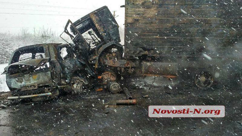 У результаті зіткнення автомобілі загорілися / фото novosti-n.org