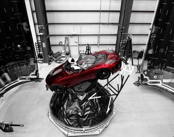 """Фото готовящегося к отправке в космос спорткара Tesla Roadster с """"астронавтом"""" в скафандре SpaceX / фото instagram.com/elonmusk"""