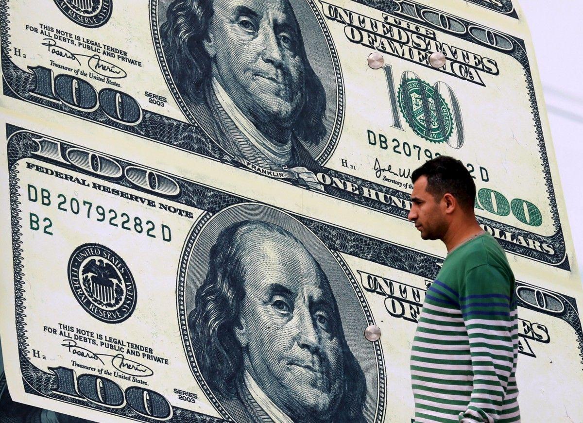В Украине продолжает расти курс доллара и евро / Иллюстрация REUTERS