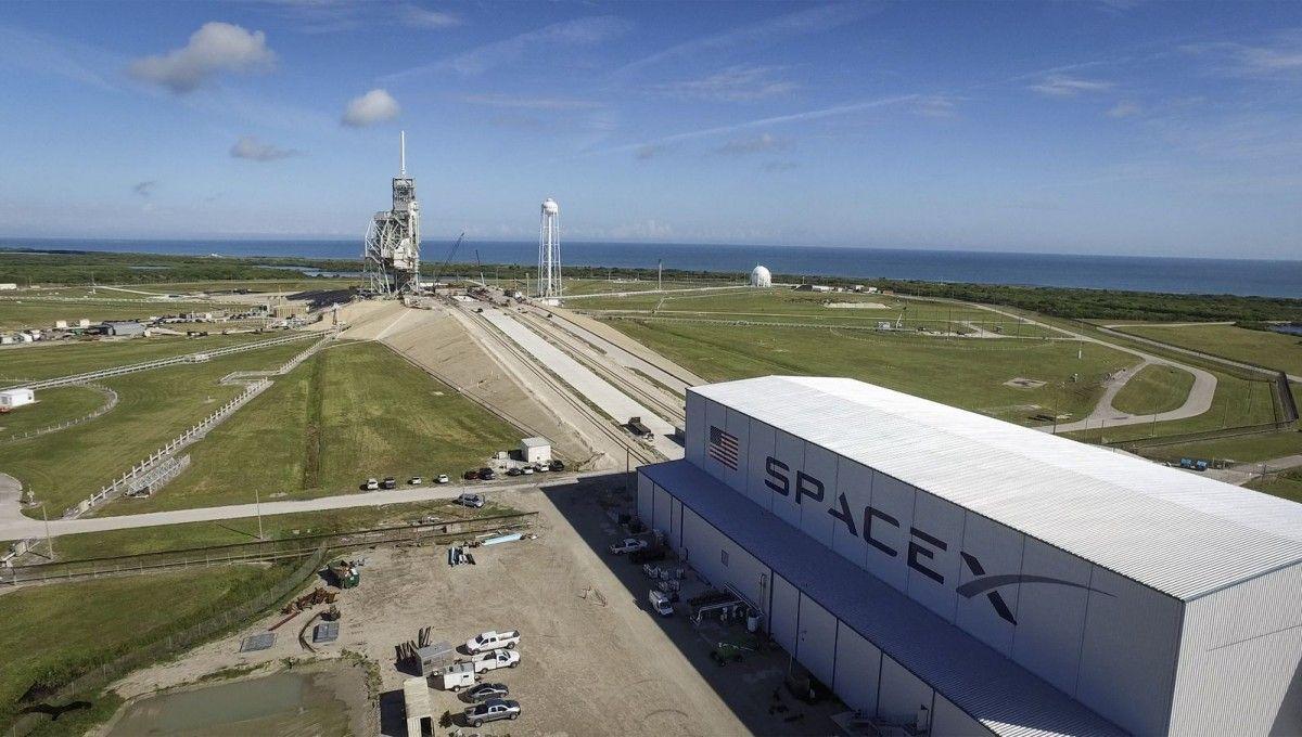 Стартовий майданчик LC-39A і ангар SpaceX / фото NASA