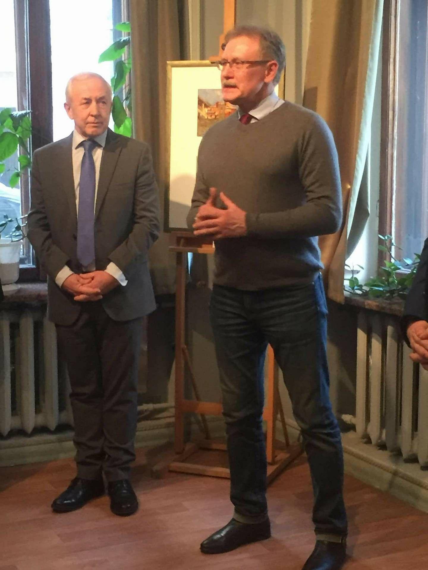 Экс-посол Украины в Греции (слева) поздравил художника с открытием выставки