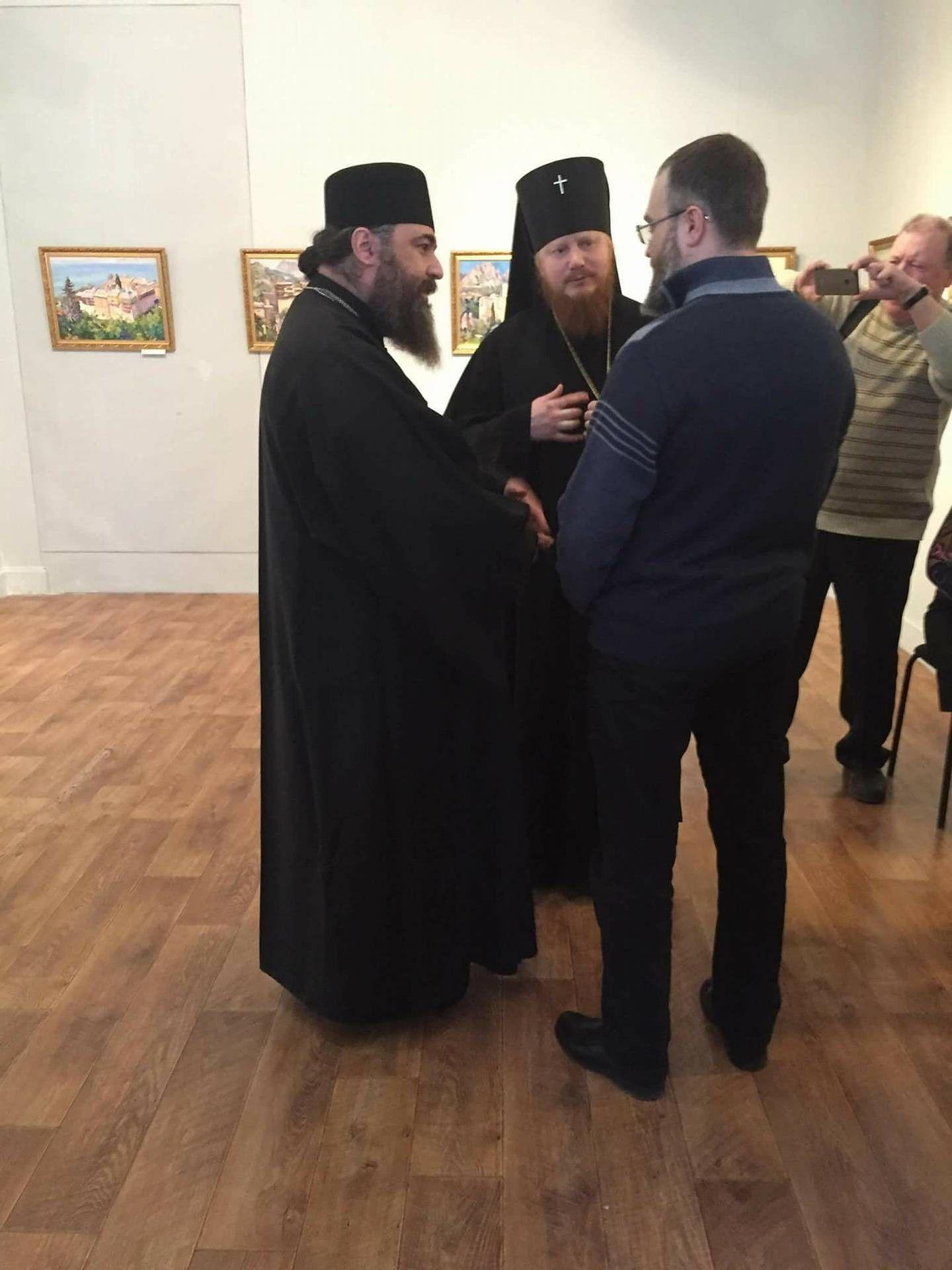 Наместники критского (слева) и украинского (посередине) монастыря отметили ценность художественных работ