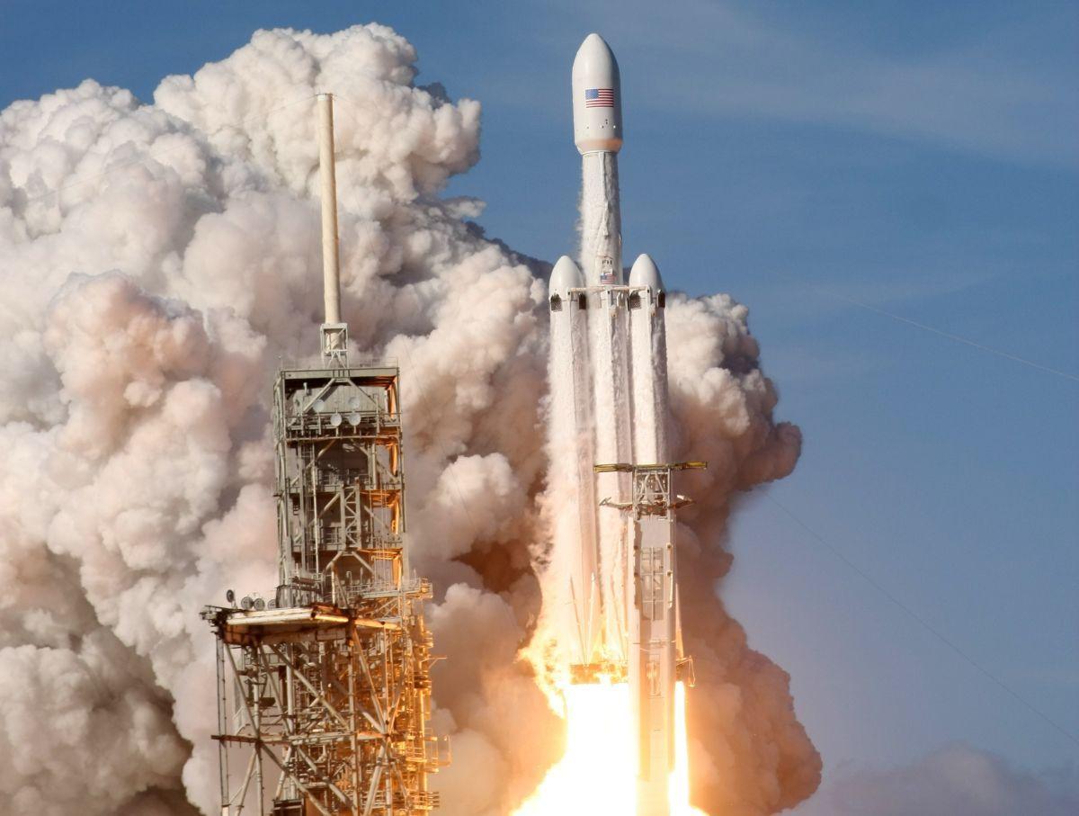 SpaceX привлекли к лунной миссии / REUTERS