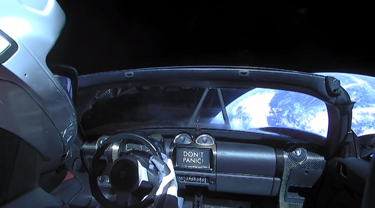 Электромобиль Tesla Roadster с манекеном за рулем покинул орбиту Земли / Скриншот из видео на YouTube-канале SpaceX