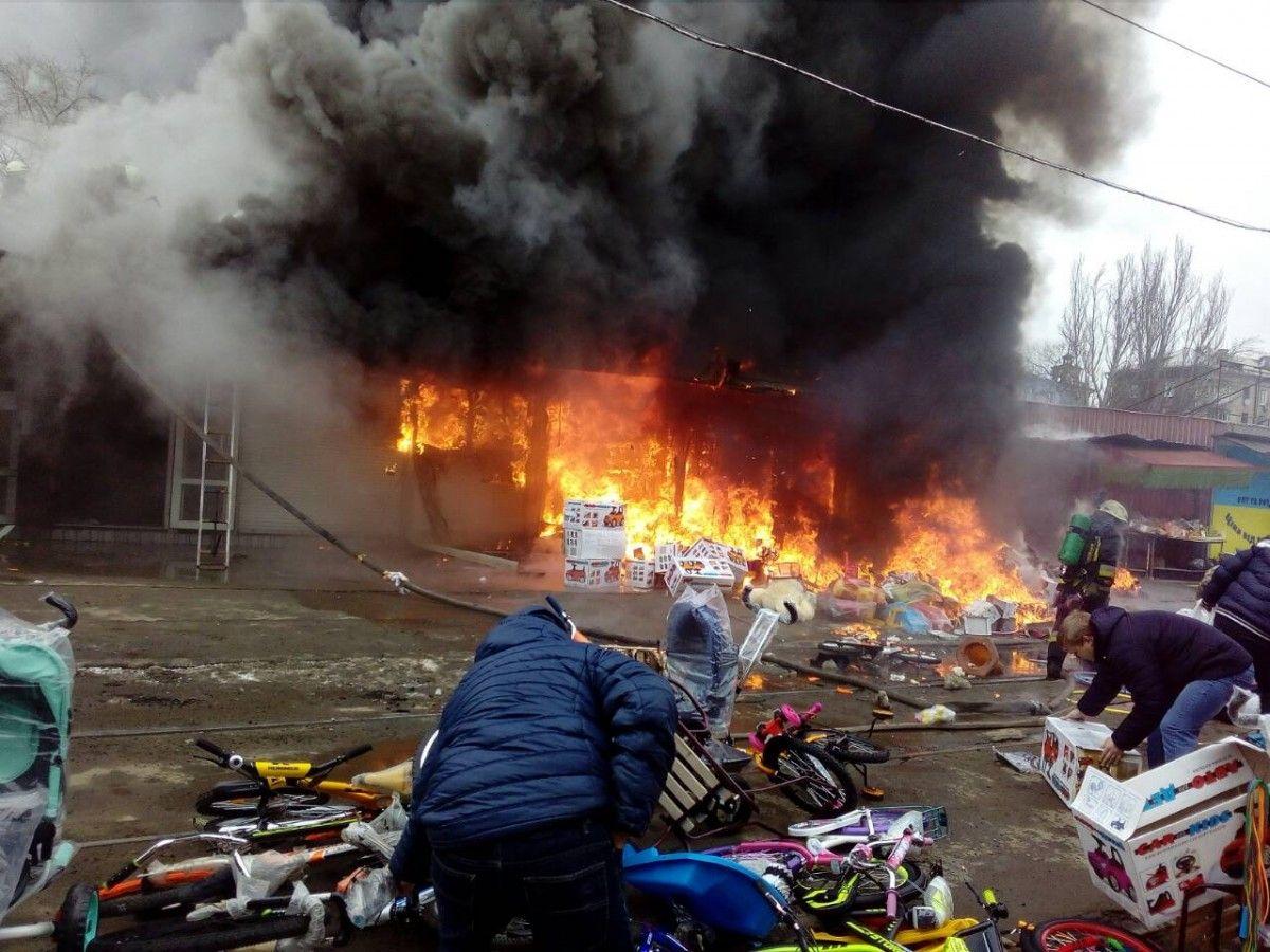 Пожежа знищила низку кіосків в центрі міста / фото dp.dsns.gov.ua