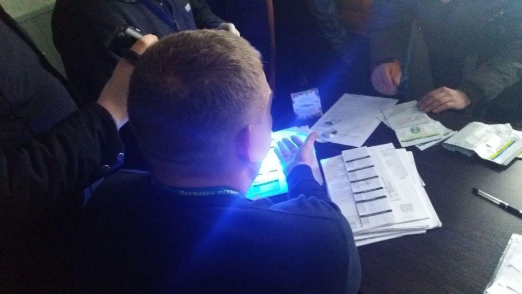 Чиновники ДМС створили корупційну схему / фото npu.gov.ua