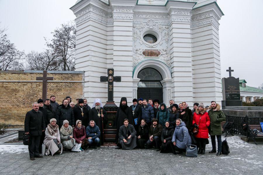 На пам'ять про співпрацю було зроблено загальне фото біля могили Митрополита Володимира (Сабодана) / lavra.ua
