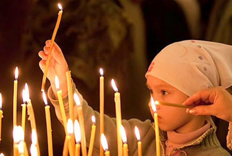 каждый, кто купит в храме свечку тем самым пожертвует на лечение маленьких пациентов онкологического отделения ОХМАТДЕТ/ anisima.ru