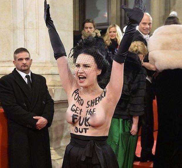 Активістка Femen протестувала проти Порошенка / фото facebook.com/femenukraine