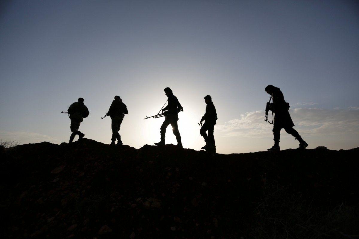 Силуэты вооруженных людей в Сирии / REUTERS