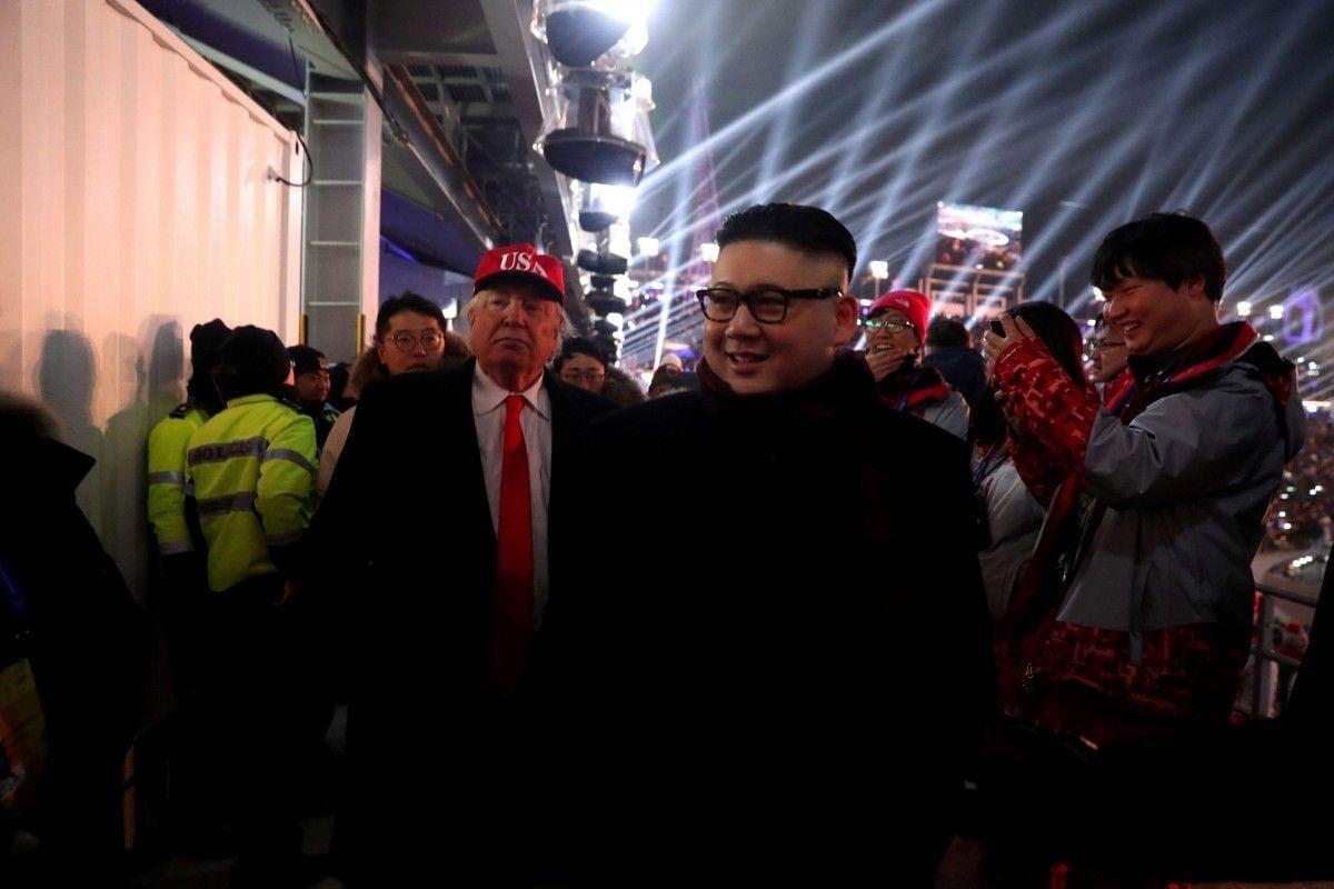 Люди, одетые как Трамп и Ким Чен Ын / REUTERS