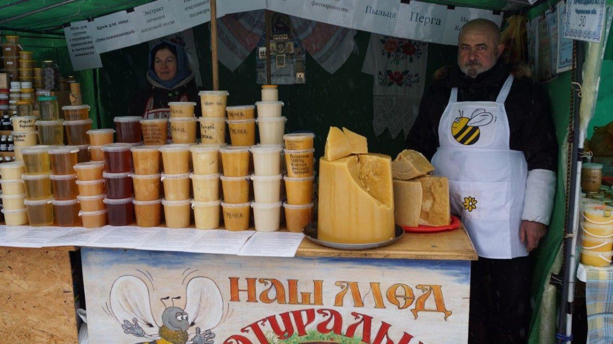 На выставке можно купить монастырские чаи, мед разных сортов, продукты пчеловодства, восковые свечи / lavra.ua