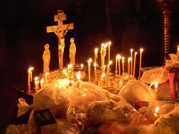 У Вселенську поминальну суботу парафіяни несли у храми продукти на панахиду за спочилими / orthoview.ru