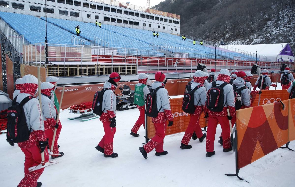 Соревнования по горнолыжному спуску перенесены на 15 февраля / REUTERS