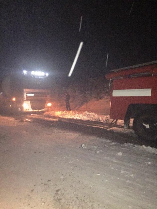 На Житомирщине спасатели трижды за сутки оказывали помощь водителям, которые оказались в снежных заносах / фото ГСЧС в Житомирской области