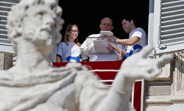 Запис на паломництво Папа Римський здійснив на планшеті / reuters.com