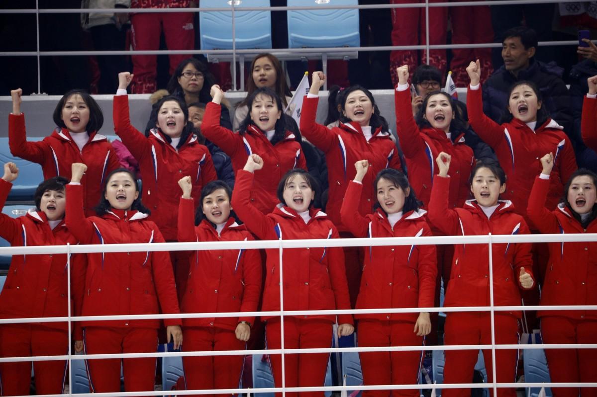 Северокорейские болельщицы / REUTERS