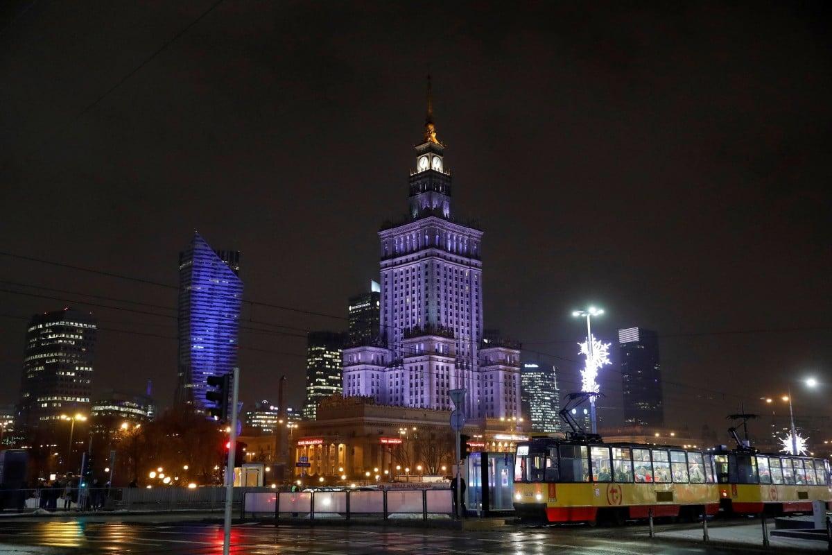 Ночные варшавские контрасты / фото REUTERS