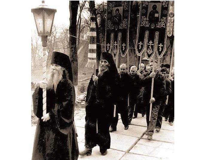 Открытие Киево-Печерской Лавры в 1988 году. Крестный ход. Монах Руф идет первым.
