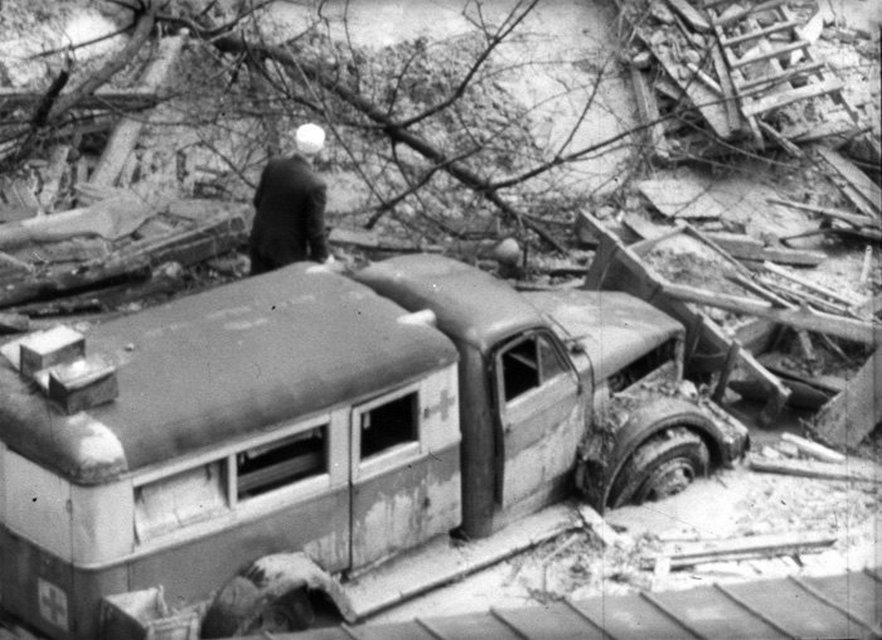 13 марта 1961 г. сточные воды прорвали дамбу в Бабьем Яру.  Жертвами стали около двух тысяч человек.