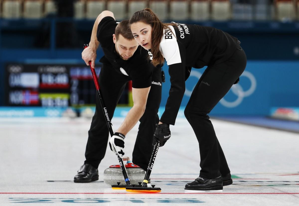 Российский дуэт выиграл бронзу олимпийского турнир по керлингу / Reuters