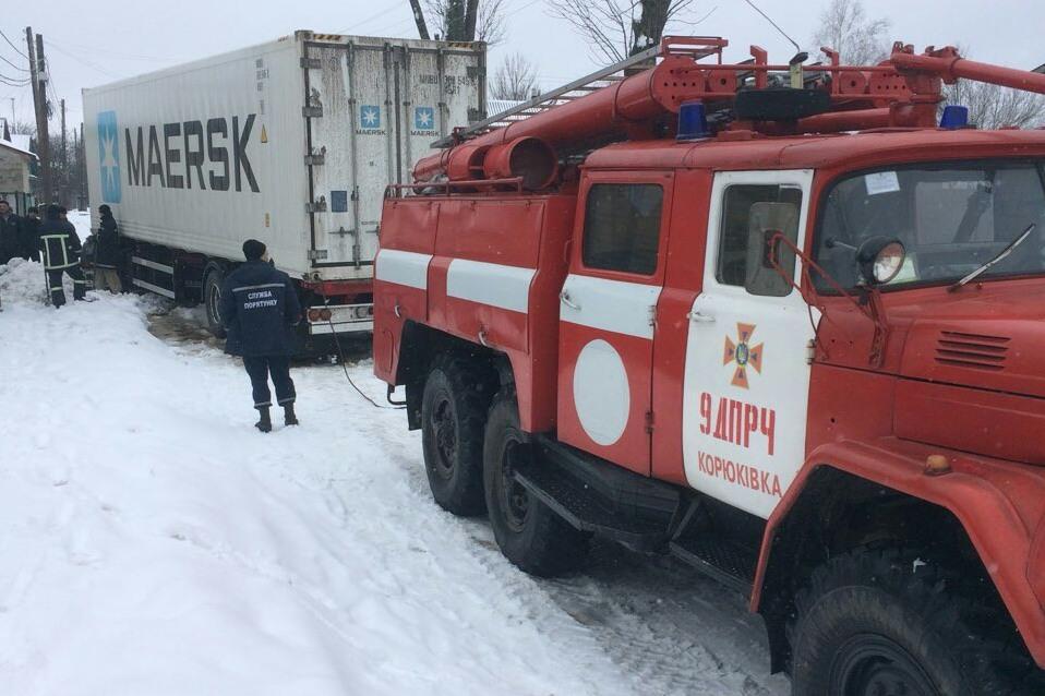 На Чернігівщині через негоду ванртажівки застргли у снігових заметах / ДСНС