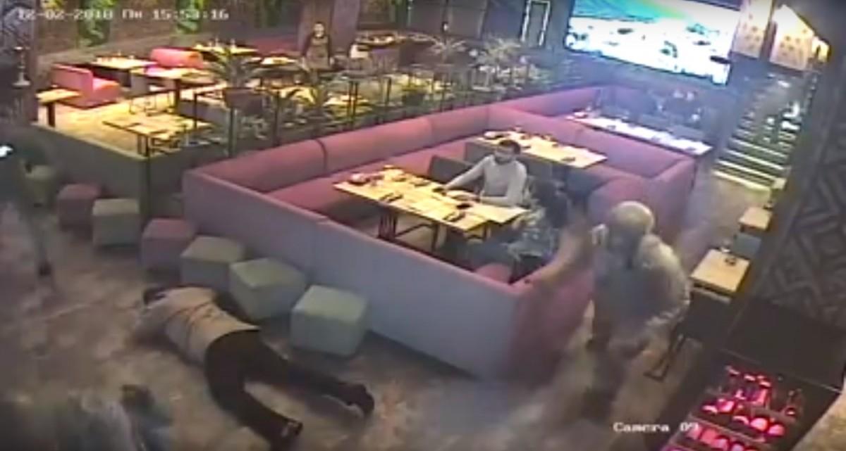 Поява силовиків в ресторані зробило день незабутнім / Кадр з відео з камери спостереження