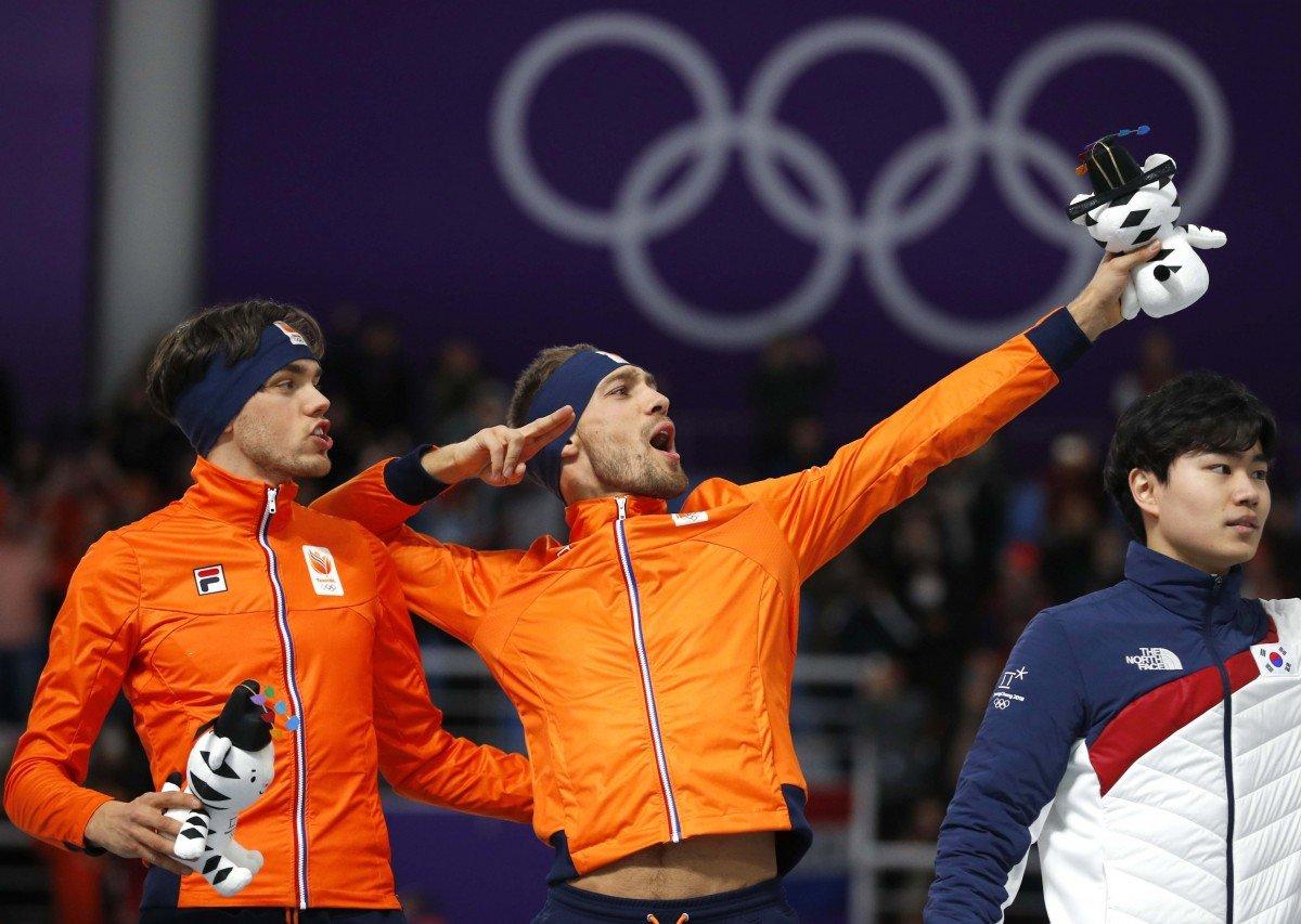 Голландсике конькобежцы завоевали золото и серебро Олимпиады на дистанции 1500 метров / Reuters