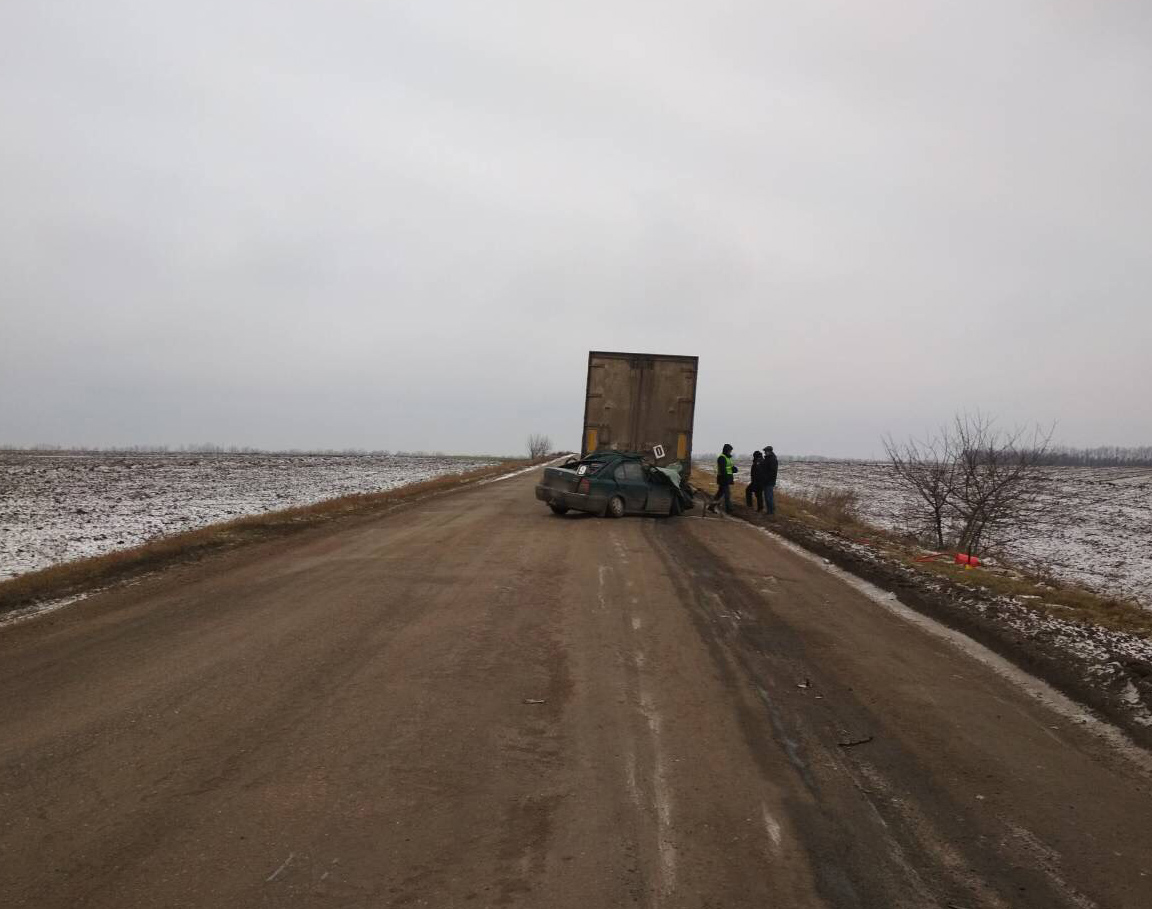 Легковушка столкнулась с грузовиком / фото kg.npu.gov.ua