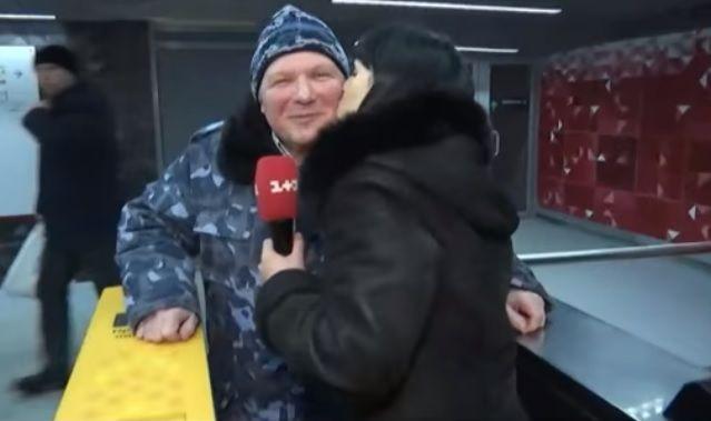 До трамвая пускают за поцелуй / Скриншот видео ТСН