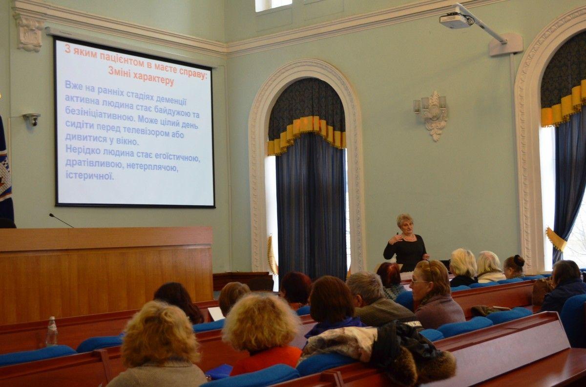 На семинарах обсудили основы ухода за дементними людьми / фото zt-rada.gov.ua