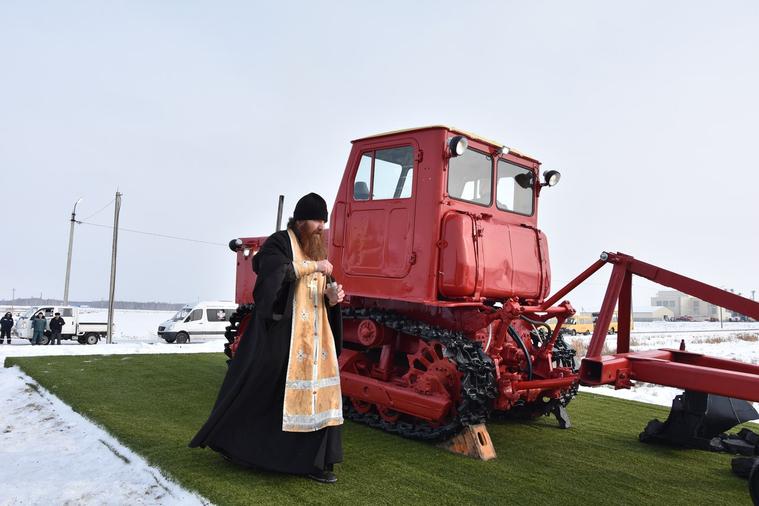 Трактор установили на площадке, освятили и даже завели / Ян Мосин
