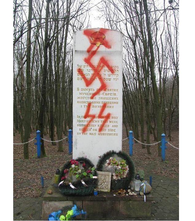 Памятник уже не первый раз становится объектом вандализма / facebook.com/eduard.dolinsky