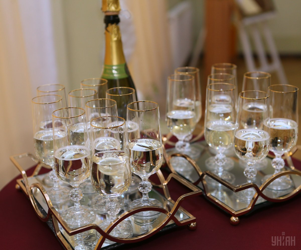 В Одесі закохані одночасно відкрили понад 200 пляшок шампанського / УНІАН