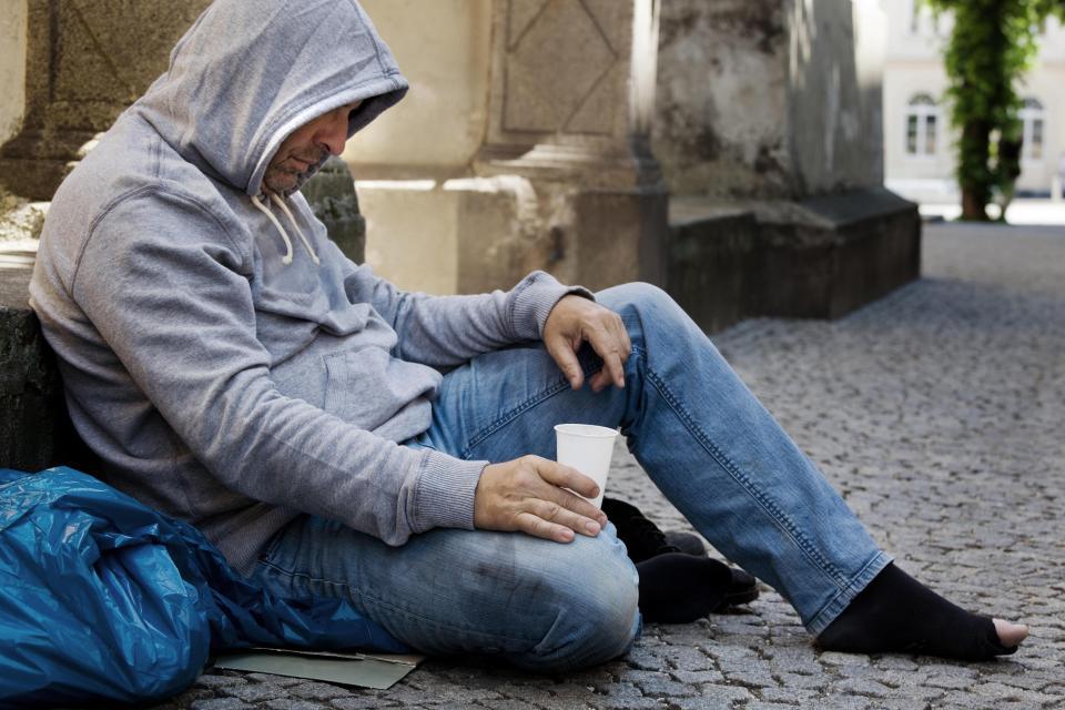 Правда чи брехня? У Швеції затримали безпритульного з $750 тисячами, який жебракував на вокзалі