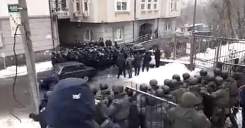 Ранее под зданием суда были столкновения / Скриншот