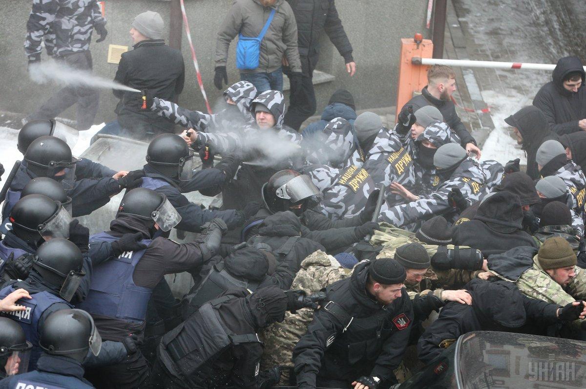 В полицию доставили около 30 участников столкновений под Соломенским райсудом / фото УНИАН