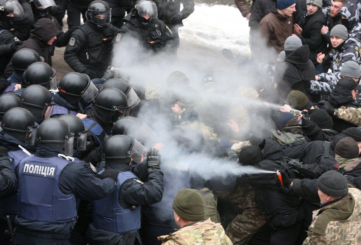 Столкновения под зданием Соломенского районного суда Киева 15 февраля / фото УНИАН