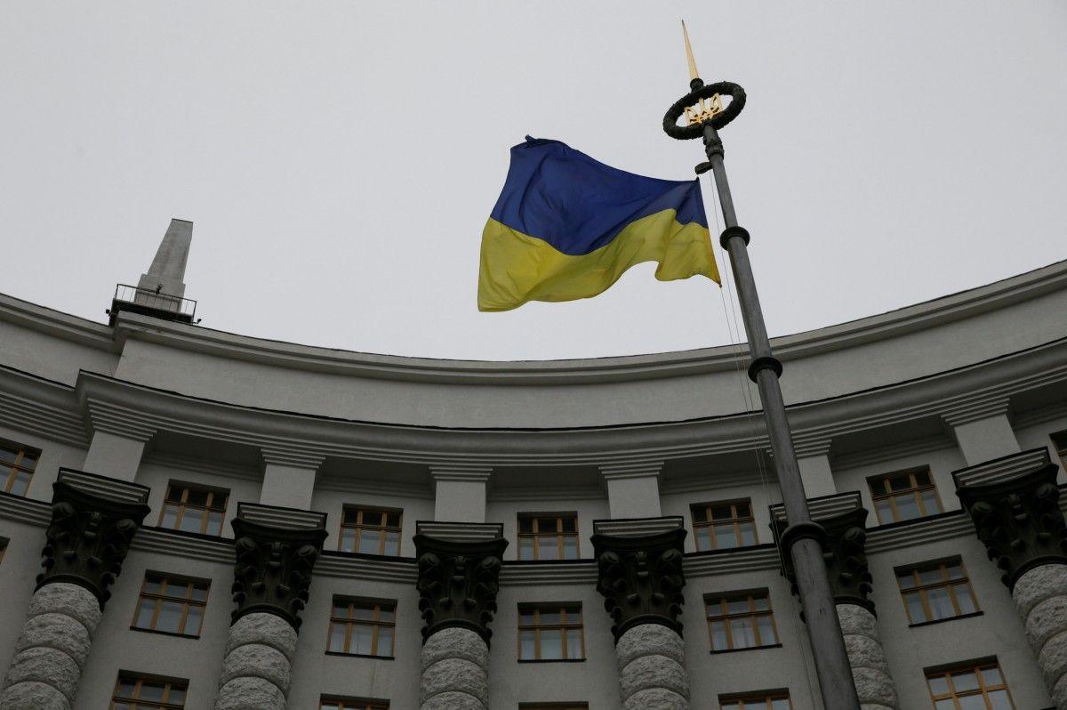 Український прапор на тлі будівлі Кабміну / REUTERS