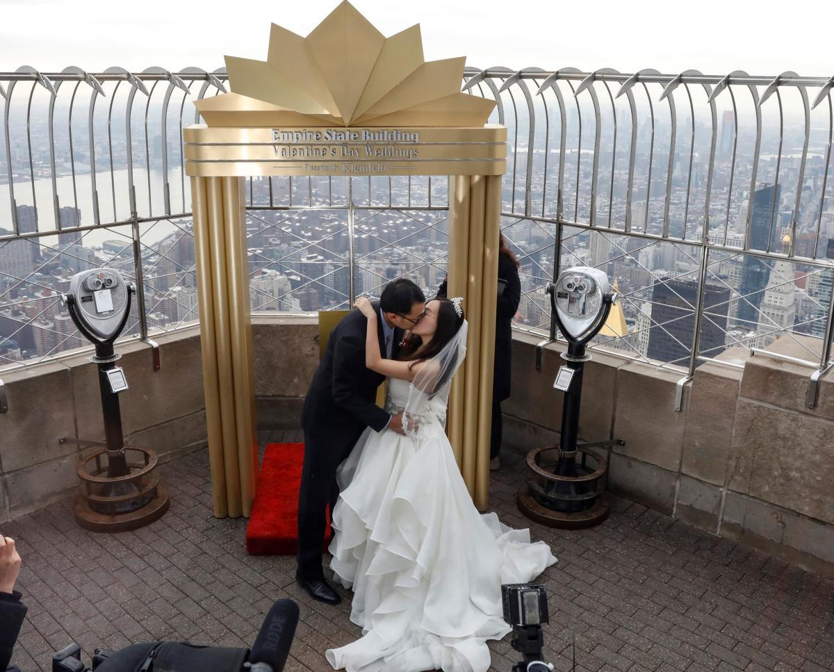 14 февраля некоторые пары получили возможность пожениться на крыше Эмпайр Стейт Билдинг / REUTERS/Brendan McDermid